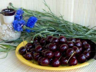 обои Васильки и вишни фото