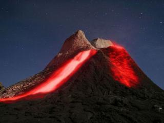 обои Вулкан и звёздное небо фото