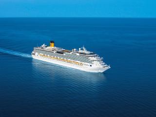 обои Белый лайнер на синей глади моря фото