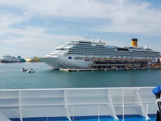 обои Вид круизного лайнера на погрузке пассажиров фото