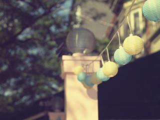 обои Двухцветные лампочки висят фото