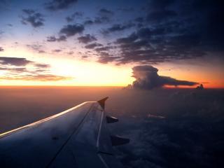 обои Над крылом самолёта фото
