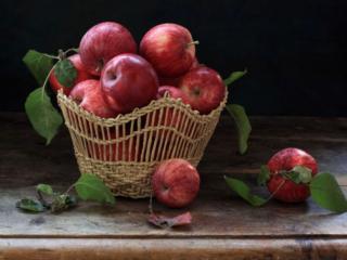 обои Красные яблочки в соломенной вазе фото