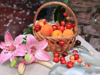 обои Персики,   черешня и лилии фото