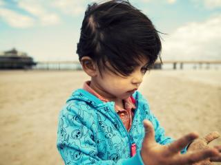 обои Малыш на пляже,   руки в песке фото