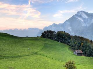 обои Домик на зеленой полонине в горах фото