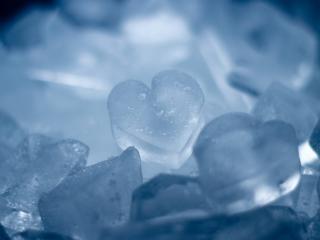 обои Ледовые сердечки в фоне голубом фото