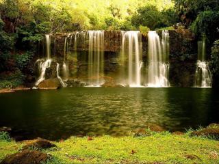 обои Летней порою водопад струится фото