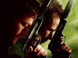 обои Приложив пистолеты ко лбу два мужчины фото