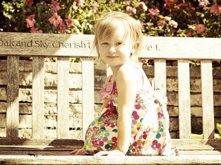 обои Маленькая девочка у забора фото