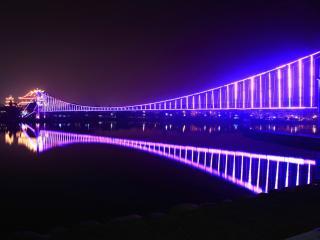 обои Светится мост неоном в ночь темную фото