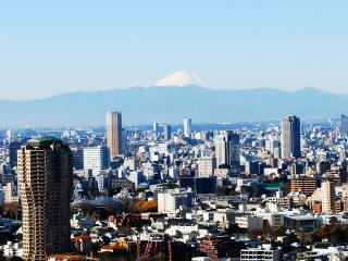 обои Вид города на фоне гор фото
