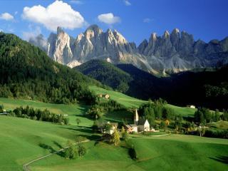 обои Зеленая долина на фоне гор фото