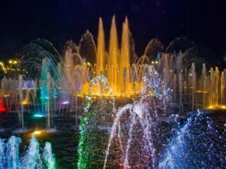 обои Разноцветные фонтаны фото