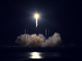 обои Старт ракеты в ночную пору фото