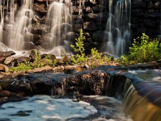 обои Струится и пeнится летней порою водопад фото