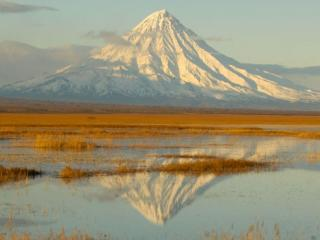 обои Вулкан,   озеро и солнце фото
