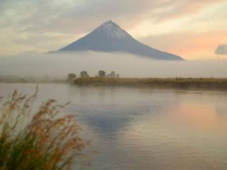 обои Вулкан,   туман и озеро фото
