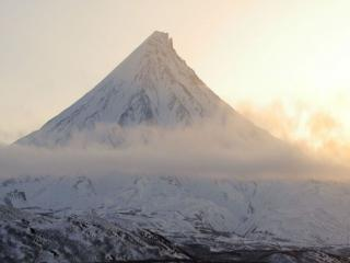 обои Холодный вулкан и облака фото