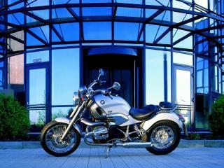 обои Стоит мотоцикл у входа в здание фото