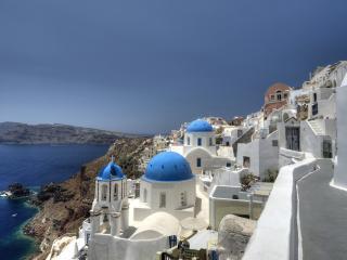 обои Белый городок с синими куполами у моря фото