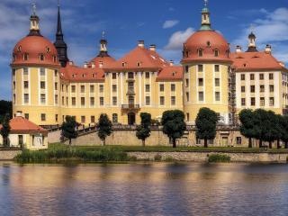 обои Красивое здание у воды фото