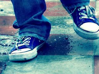 обои Шагают ноги в кедах и джинсах фото