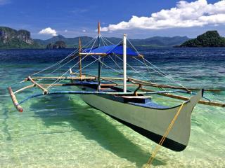 обои Лодка с навесом в прозрачной воде фото