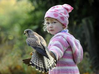 обои Девочка с птицей на руке фото