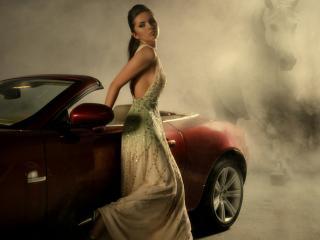 обои Милейшая красотка у автомобиля фото