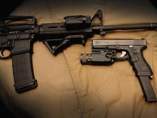 обои Автомат с фонариком и пистолет фото
