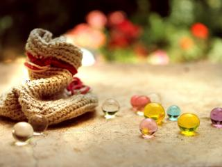 обои Вязанное изделие и шарики разноцветные фото