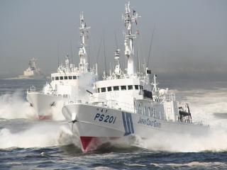 обои Группа кораблей режит морскую гладь фото