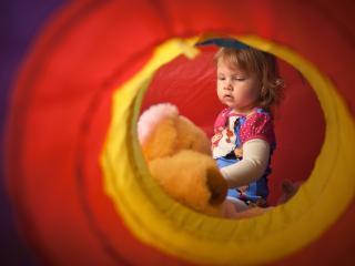 обои Девочка в шаре с мишкой плюшевым фото