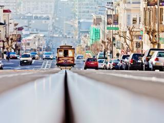 обои для рабочего стола: Дорога с трамваем в холмистом городе