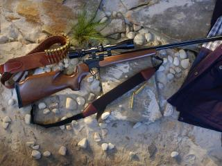 обои Куртка,   винтовка и пули на  камнях фото