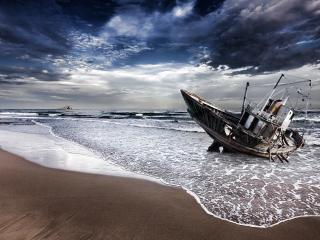 обои Заброшенное старое судно у берега фото