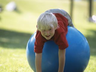 обои Мальчик на голубом мячике фото