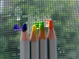 обои для рабочего стола: Разноцветные карандаши у сетки