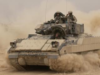 обои Пыль военных действий под гусеницами танка фото