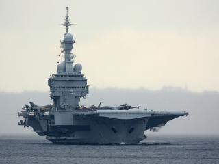 обои Военное судно с взлетной площадкой на палубе фото