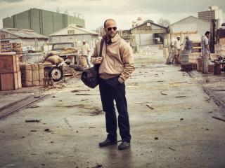 обои Мужчина с сумкой на территории склада фото