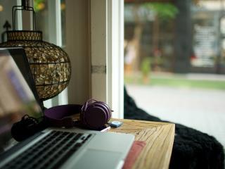 обои На столе ноутбук и наушники фото