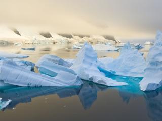 обои Красивые айсберги в море фото