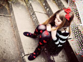обои Девочка на ступеньках с зонтиком фото