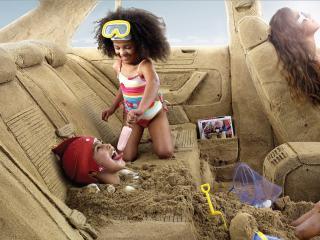 обои Дети играют в салоне из песка фото