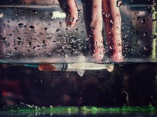 обои Рука и шприц в аквариуме фото