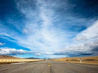 обои для рабочего стола: Дорога безлюдная и только небо