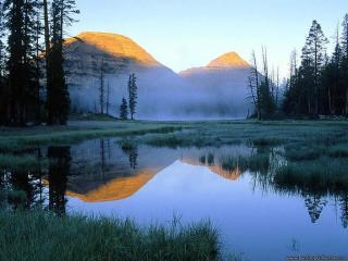 обои Небольшое озеро на фоне гор фото