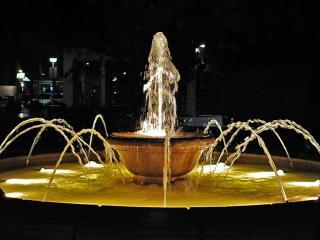 обои Ночной фонтанчик с подсветкой фото